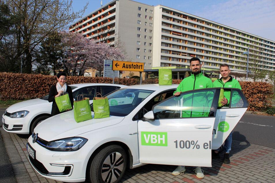 Die BWL-Studenten Max Schneider (rechts) und Dominik Kohlsche (Mitte), zur Zeit bei den SWH/VBH Hoyerswerda eingesetzt, unterstützen das Projekt gern. Das freut auch VBH-Mitarbeiterin Tina Schubert.