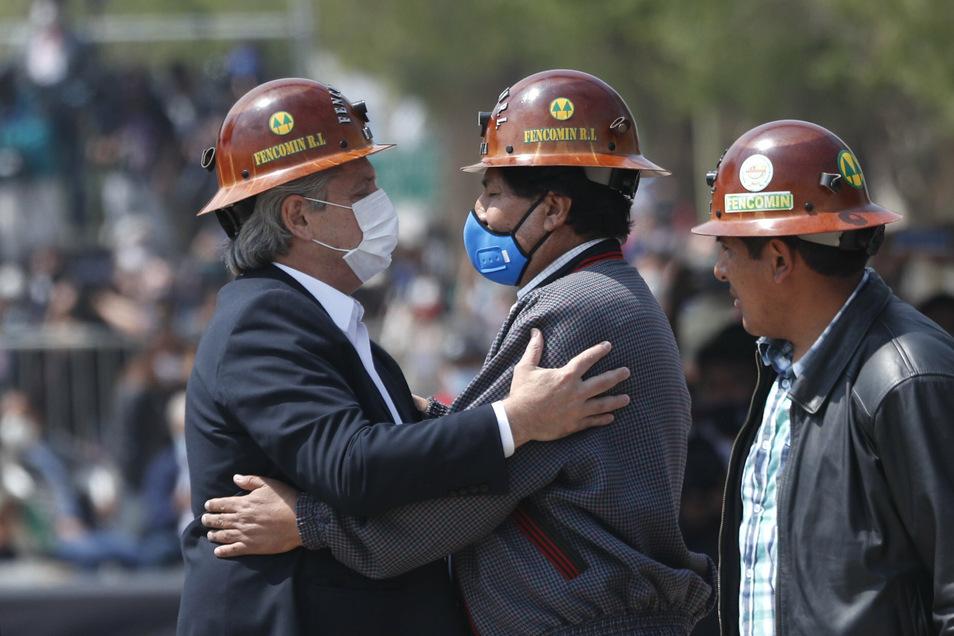 Evo Morales (M-l), ehemaliger Präsident von Bolivien, und Alberto Fernandez, Präsident von Argentienien, umarmen sich in der Mitte der Grenzbrücke, die die Stadt La Quiaca (Argentinien) mit der Stadt Villazon (Bolivien) verbindet.