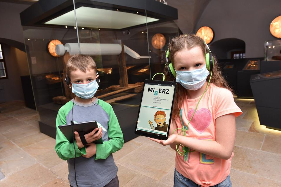 Simon und Emilia haben sich an der Kasse des Miberz-Museums in Dippoldiswalde Tablets ausgeliehen. Damit ist Frieder zu erleben. Mit ihm haben sie einen gleichaltrigen Begleiter durch die Ausstellung. Sich mit ihm anzufreunden, ist aber nicht immer einfac