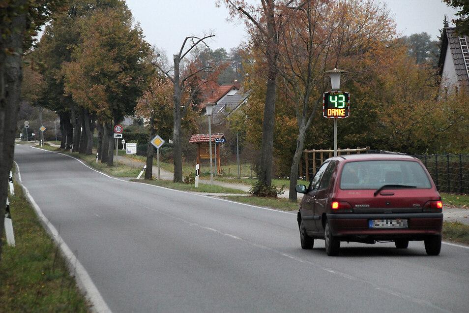 Das war mal eine Phase mit weniger Verkehr auf der Staatsstraße in Schwarzkollm. Und auch der Fahrzeugführer bremste kurz hinter dem Ortseingangsschild, aus Richtung Neukollm kommend, vorbildlich ab.
