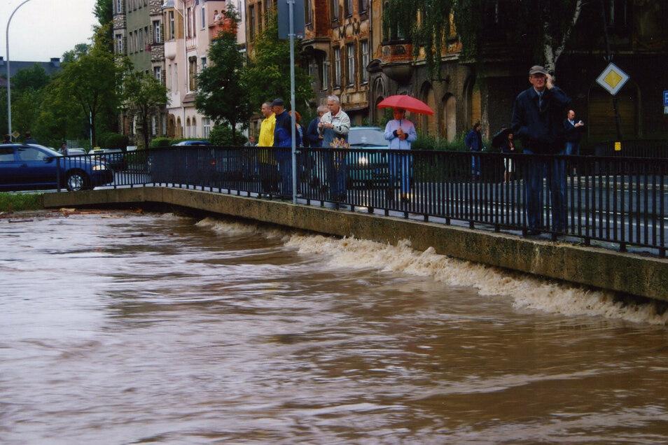 Bis an die Kante der Brücke in der Hochwaldstraße war die Mandau angestiegen.