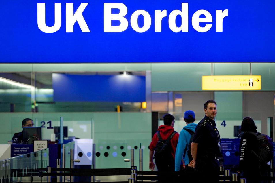 Grenzbeamte stehen am Flughafen Heathrow. Großbritannien ist von der Bundesregierung wieder als Corona-Risikogebiet eingestuft worden.
