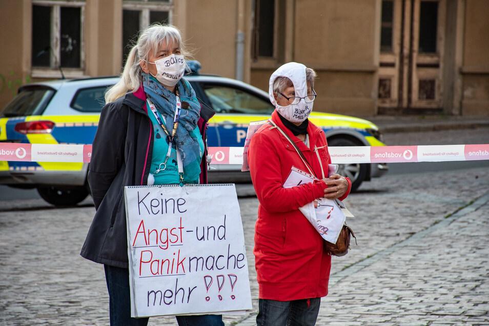 In Roßwein kamen knapp 30 Menschen zusammen. Sie zeigten ihren Protest auch durch Transparente und spezielle Masken.