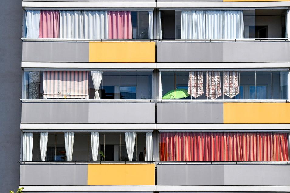 Besser als nichts: Helfen auch Vorhänge und Laken dabei, dass die warme Sonneneinstrahlung an heißen Sommertagen nicht in die Wohnung dringt?