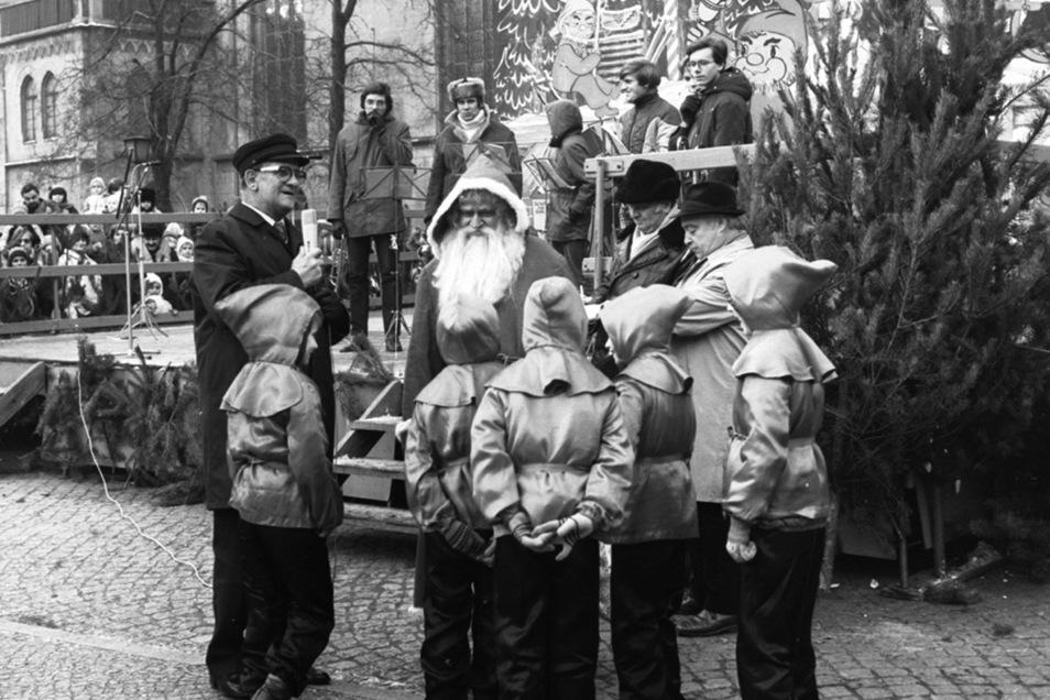Auch dieses Foto gehört zum Bestand des Ratsarchives: 1980 fotografierte Helmut Vogt die Eröffnung der Görlitzer Weihnachtsmarktes.
