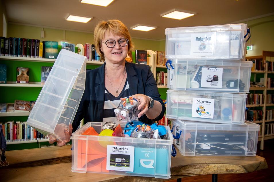 """Die Stadtbibliothek muss mit der Zeit gehen. Die Leiterin Kerstin Kleine zeigt die """"Maker Boxen"""". Mit ihnen können Roboter gebaut und programmiert werden. Als ein weiteres Angebot soll der """"digitale Lernraum"""" mit neuer Technik ausgestattet werden"""