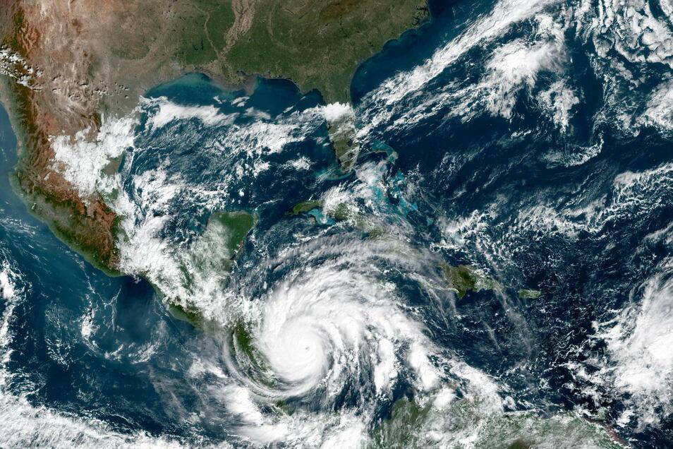 """Mit anhaltenden Windgeschwindigkeiten von 250 Kilometern pro Stunde bewegte sich """"Iota"""" am Montag auf die Küste von Honduras und Nicaragua zu."""