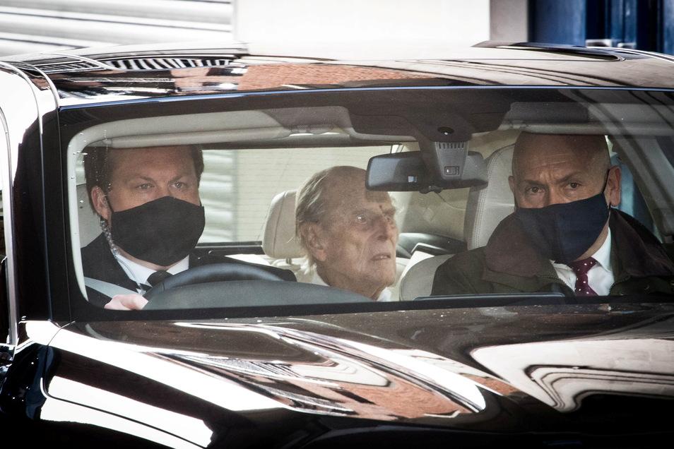 Der britische Prinz Philip (M), Herzog von Edinburg, verlässt in einem Auto die private Londoner King Edward VII-Klinik, wo er behandelt wurde.