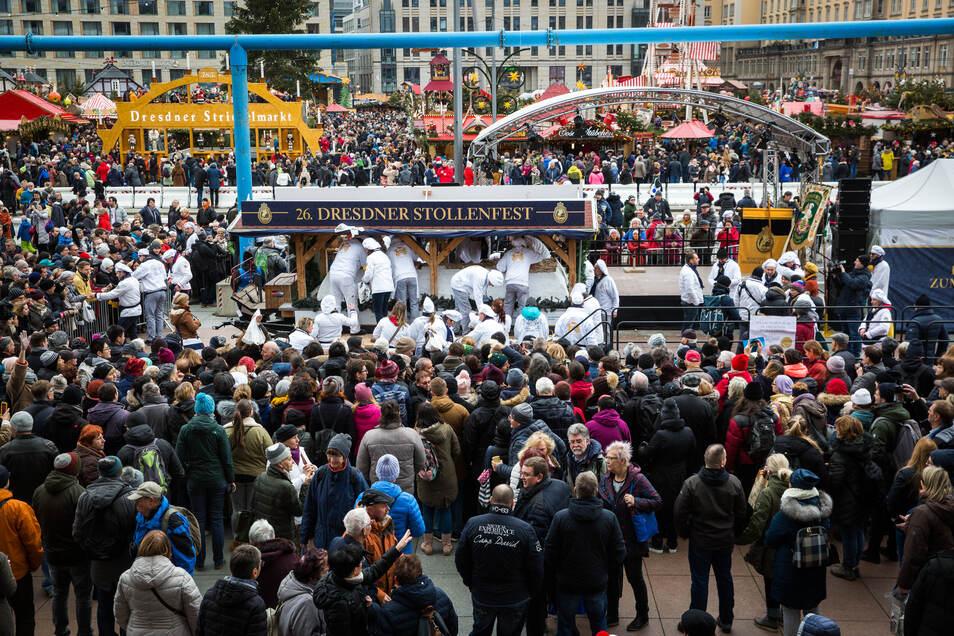 Dicht an dicht drängen sich Dresdner und Touristen, um ein Stück vom Riesenstriezel zu ergattern. Dieses Jahr müssen sie verzichten.