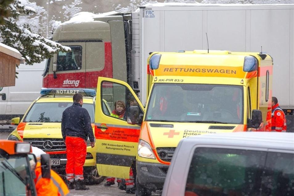 Drei Firmenmitarbeiter wurden vorsorglich ins Krankenhaus gebracht.