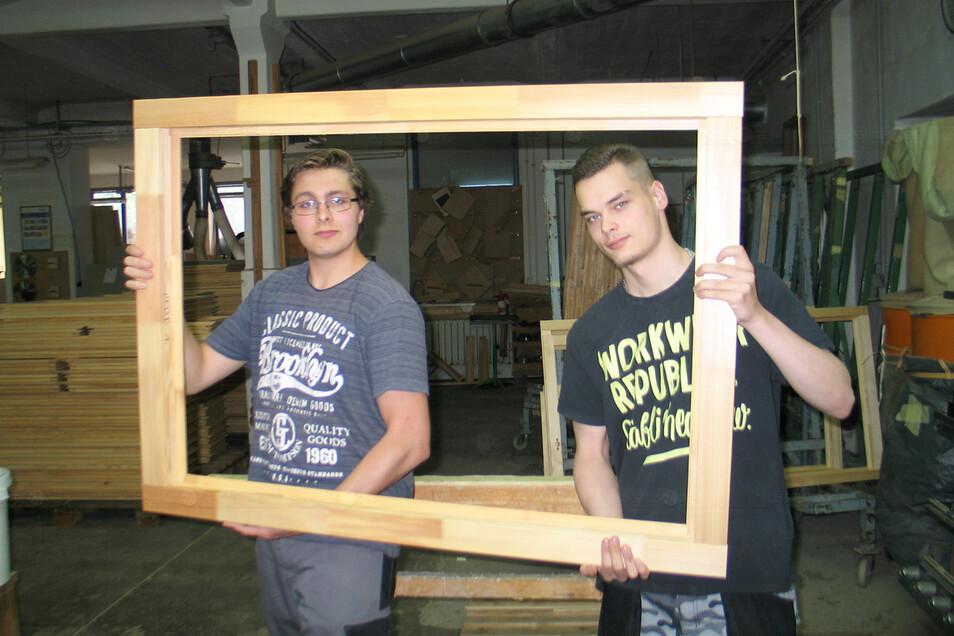 David Iffland aus Weißwasser (li.) ist Azubi im 2. Lehrjahr in der Tischlerei Lehmann GmbH. Der 19-Jährige möchte sein Hobby zum Beruf machen. Paul Zink (18) beginnt im August die Ausbildung und bekam die Möglichkeit, sich jetzt schon einzuarbeiten.