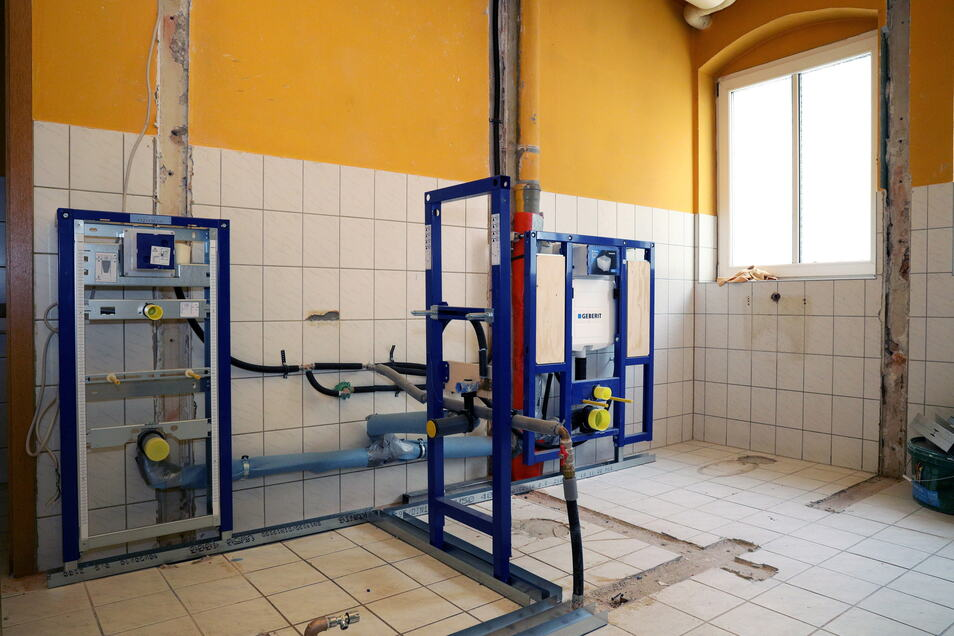 Derzeit wird im Sanitärbereich gearbeitet. Das übernehmen Fachfirmen. Anderswo waren die Jugendlichen unter Anleitung zugange.