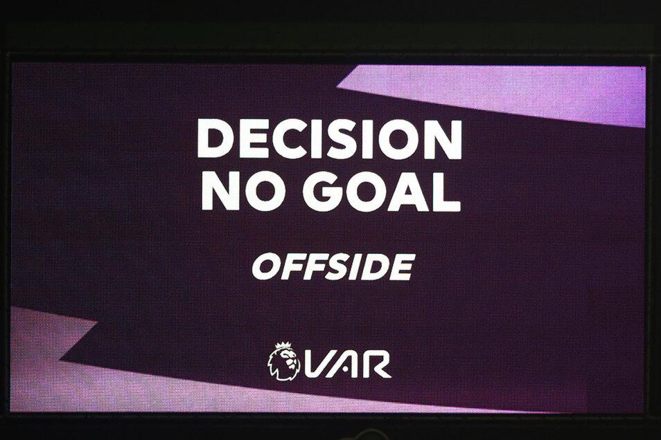 Eine Monitoranzeige in derPremier League informiert über die Entscheidung des Videobeweises (VAR): Abseits.