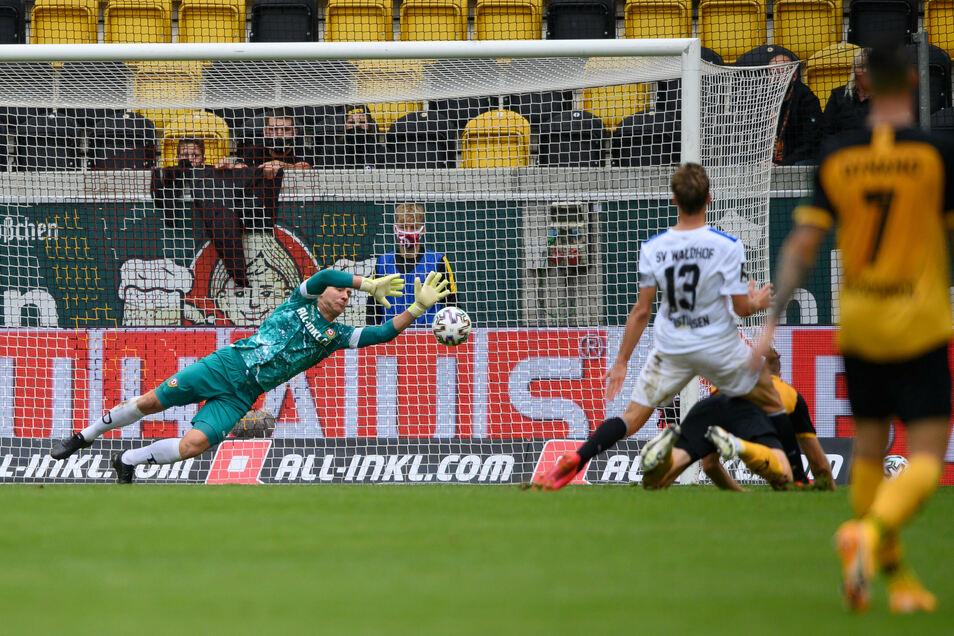 Dann ist es passiert: Dynamos Torwart Kevin Broll ist zwar am Ball, kann das Tor zum 0:1 durch Mannheims Max Christiansen nicht verhindern.