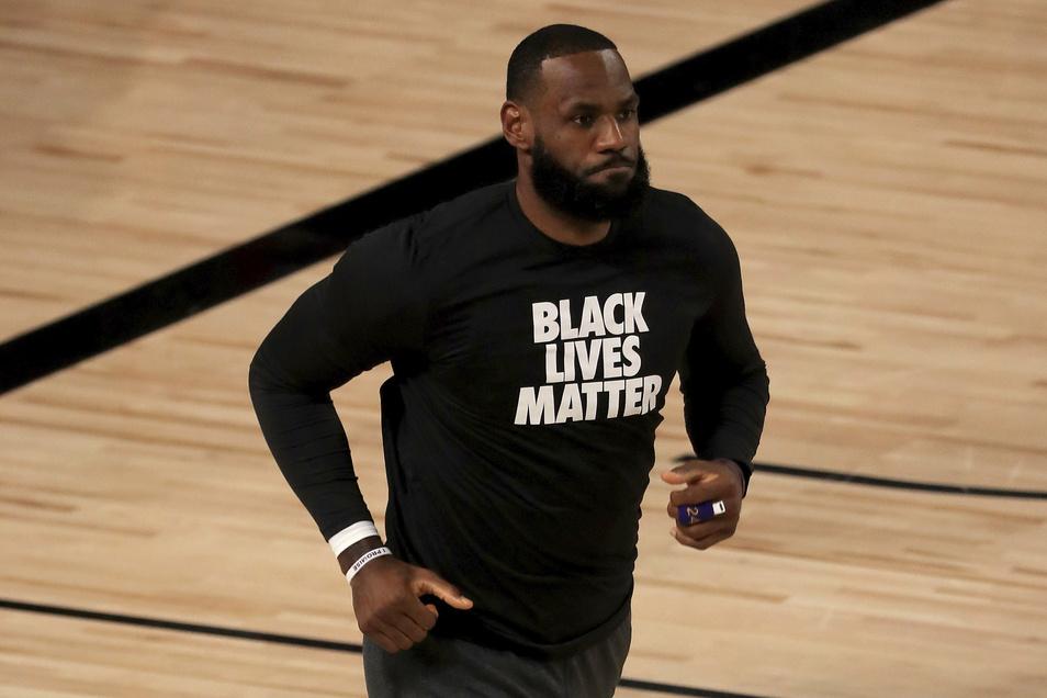 """Superstar LeBron James von den Los Angeles Lakers trägt ein """"BLM""""-Shirt"""