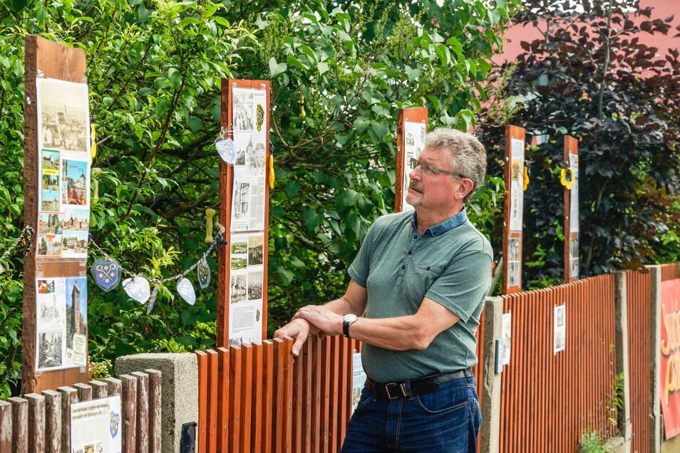 Klaus Klix vom Verein Aktiv für Kids steht an Bischofswerdas auffälligstem Gartenzaun.