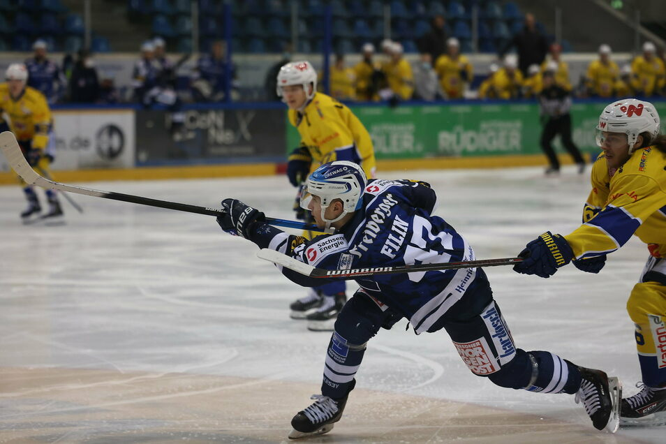 Vladislav Filin zieht im Derby gegen Weißwasser ab. In der Verlängerung am Freitagabend macht der Stürmer der Eislöwen den einzigen Treffer der Partie.