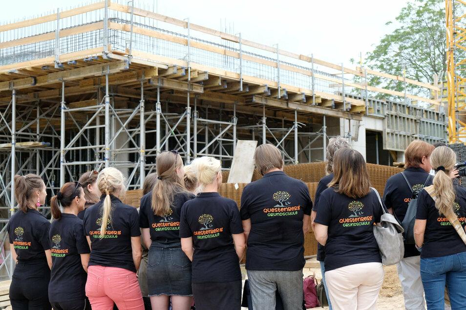 Die Lehrer freuen sich schon den Unterricht in der neuen Questenbergschule.