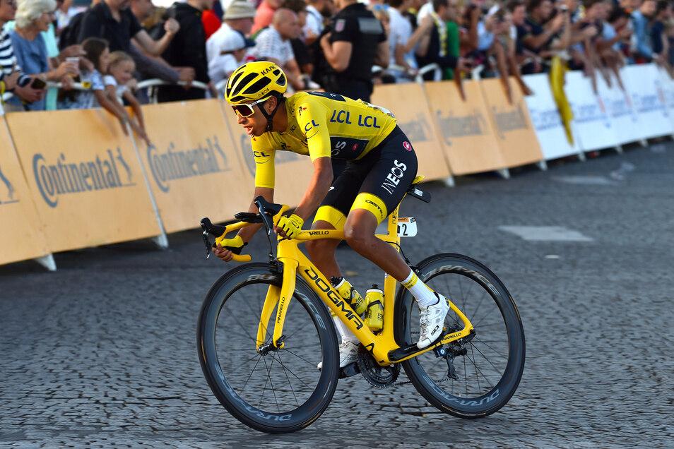 Egan Bernal auf den letzten Metern der Tour de France in Paris.