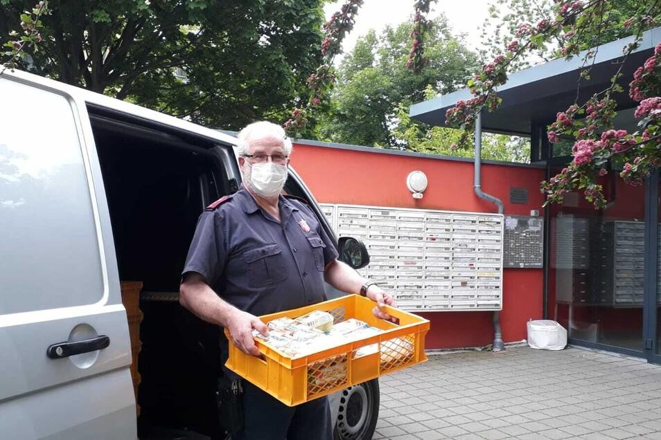 Gert Scharf von der Heilsarmee bringt Lebensmittel in das Studentenwohnheim, darunter jede Menge Eier.