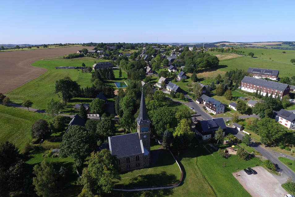 Eine Idylle auf dem Erzgebirgskamm zeigt dieses Luftbild von Hermsdorf/E. Allerdings gibt es hier auch knifflige Aufgaben zu lösen, wenn die Gemeinde sich weiter entwickeln soll...
