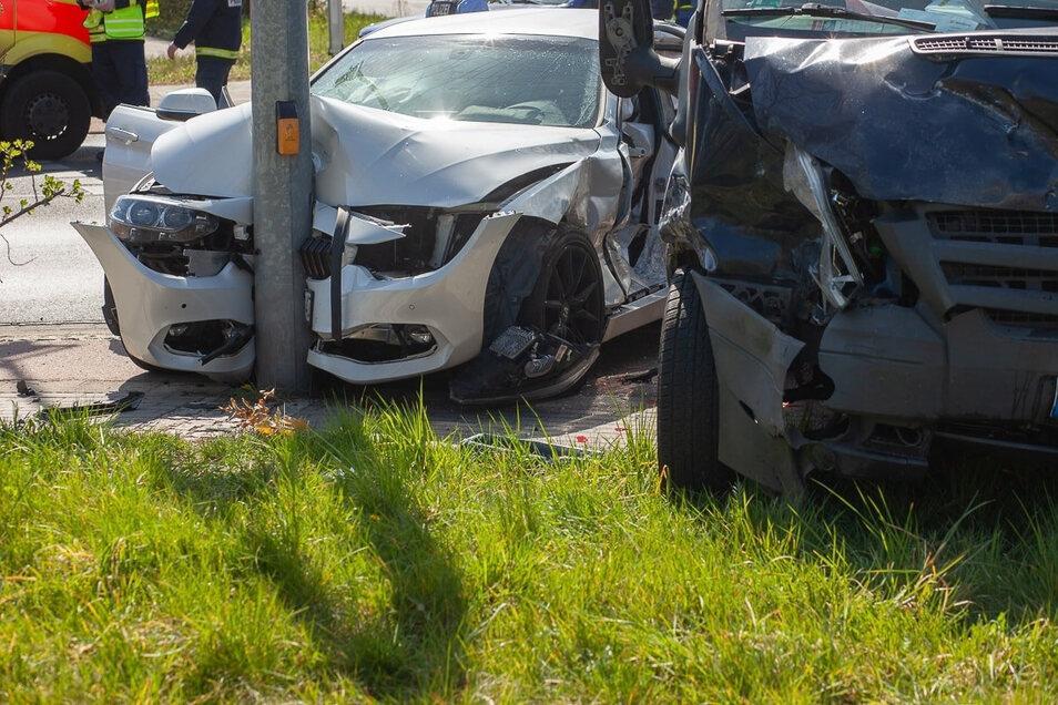 Der 19-jährige Fahrer des BMW und der 48-jährige Fahrer des Ford Transit wurden schwer verletzt.
