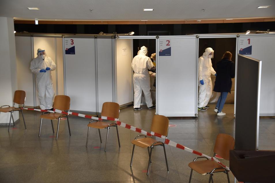 Wo Gäste sonst ihre Mäntel an der Garderobe abgeben, haben die Johanniter acht Testkabinen eingerichtet.