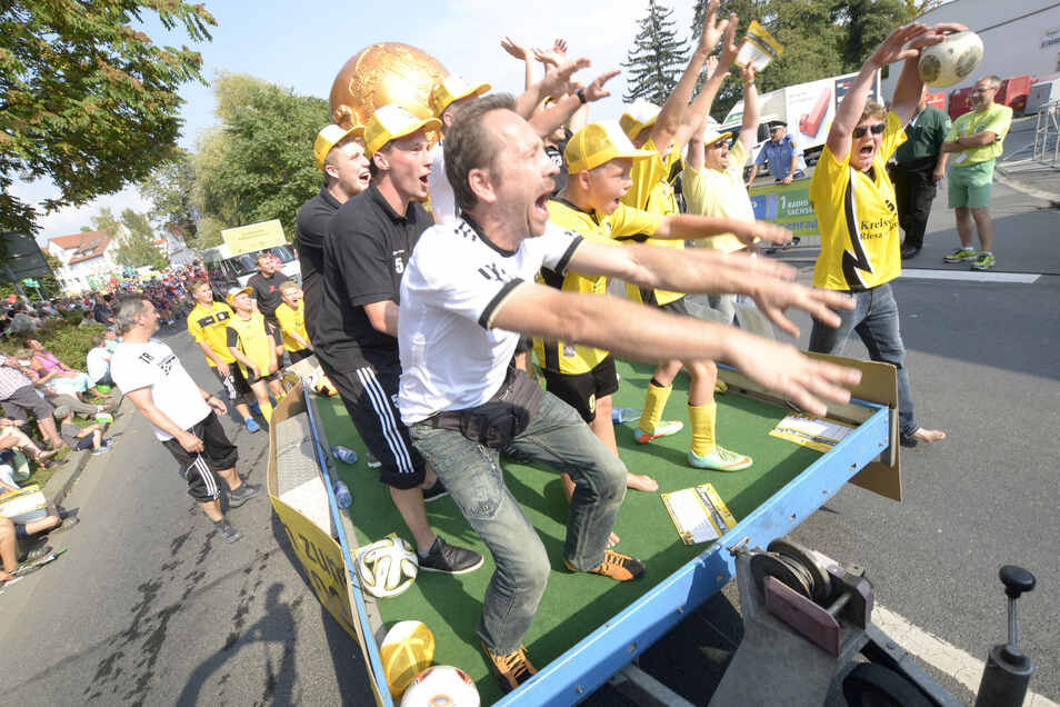 Der Großenhainer Fußballverein posierte mit einer nachgebauten Trophäe der Fußballweltmeisterschaft, die in dem Jahr Brasilien gewonnen hatte.