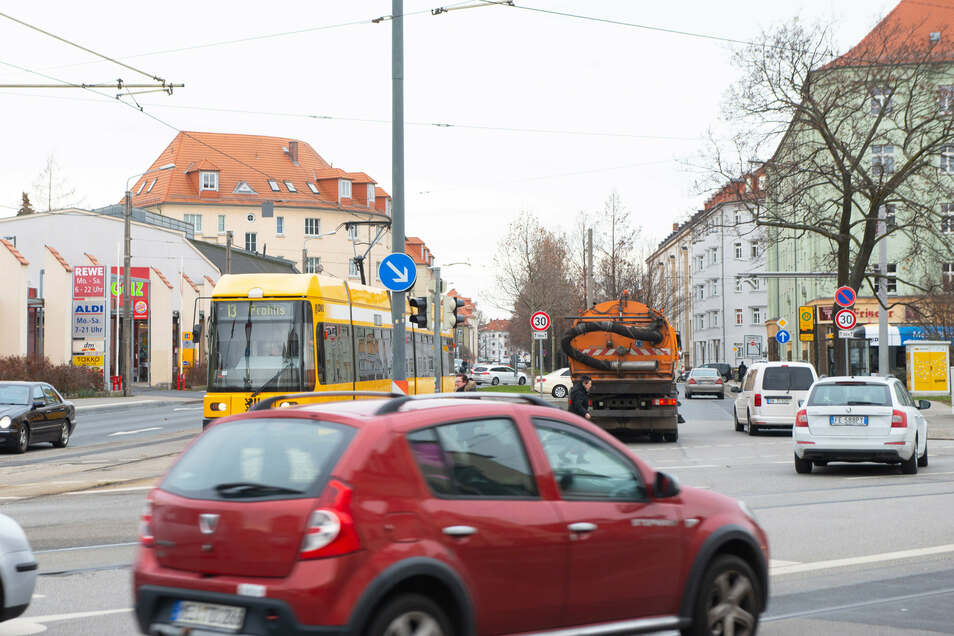 Ein halbes Jahr lang muss die Lommatzscher Straße gesperrt werden. Dort werden Fernwärme- und Hochspannungsleitungen verlegt.