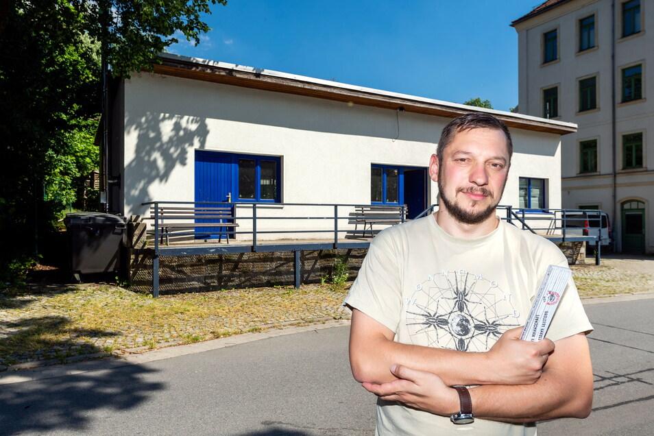 Oliver Pech von der Klangmanufaktur vor dem Vereinsheim in Sebnitz am Grenzübergang. Hier sollen künftig öfter Konzerte stattfinden.