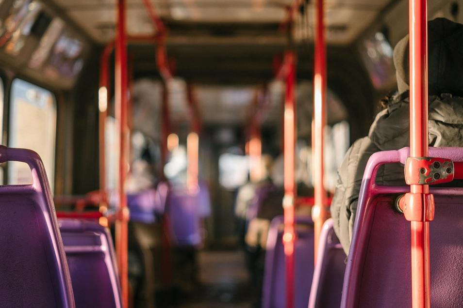 Wenn man sich im Bus oder in der Straßenbahn nach dem Berühren der Haltestangen nicht gleich ins Gesicht fasst und sich zu Hause gründlich die Hände wäscht, hat man viel zur Infektionsvorbeugung getan.