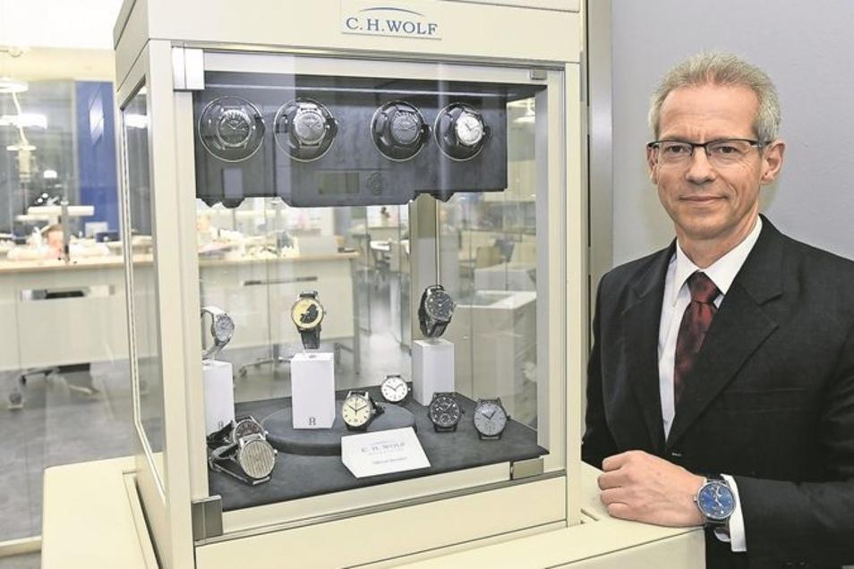 Jürgen Jacob möchte die Uhren der Firma C. H. Wolf zu einer Premiummarke machen. Seit Anfang Februar ist der Physiker Geschäftsführer des Uhrenherstellers. Diese leitet er zusammen mit Jürgen Werner, der diese Funktion seit der Übernahme Anfang 2013