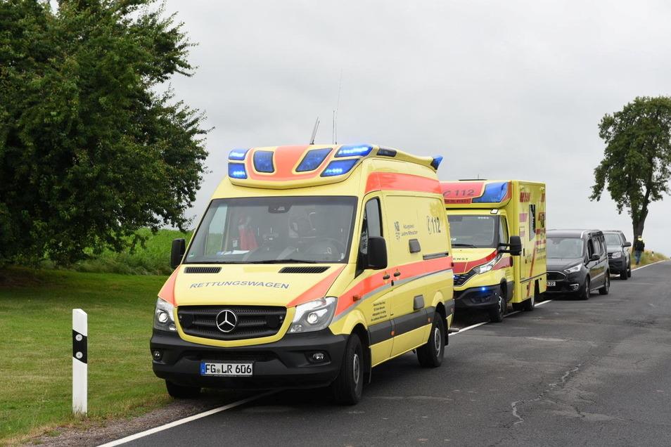Der Rettungsdienst war mit zwei Fahrzeugen vor Ort. Auch ein Notarzt kam an die Unglücksstelle. Zwei Personen mussten wegen einer Rauchgasvergiftung behandelt werden.