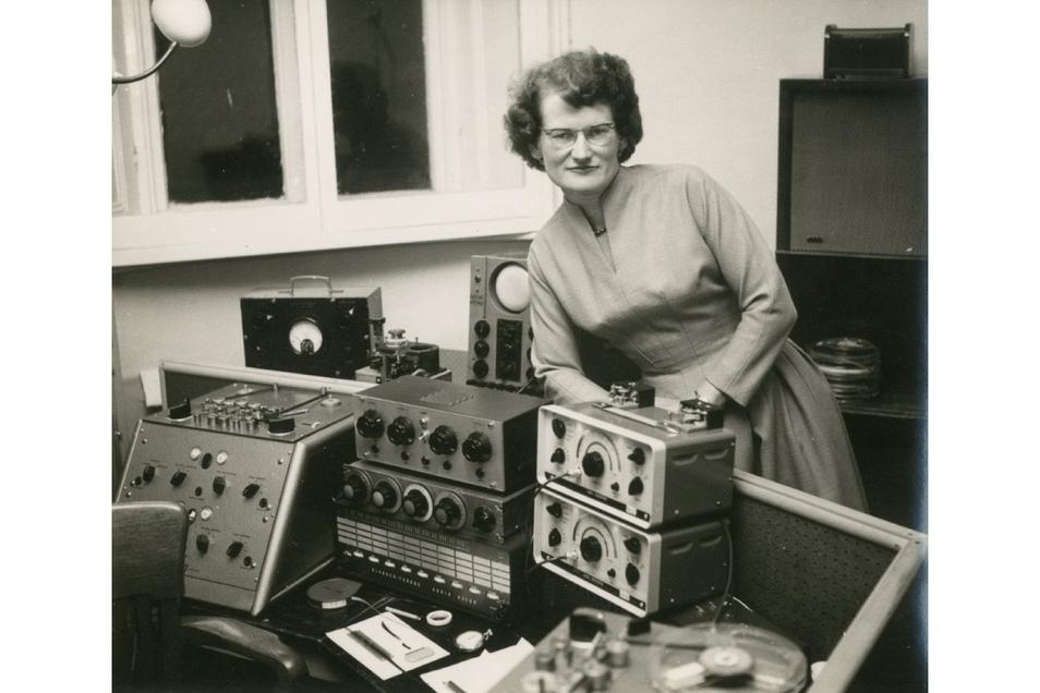 """Daphne Oram, die 1956 die erste vollständig elektronische Partitur in der Geschichte der BBC produzierte, ist eine der Protagonistinnen des Films """"Sisters with Transistors"""". Der wird nun gezeigt."""