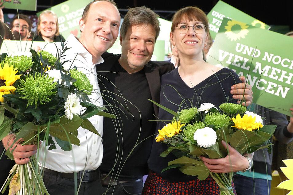 Grünes Trio mit Gewinner-Lächeln (v.l.n.r.): Wolfram Günther ( 2.Platz der Landesliste) , Bundesvorsitzender Robert Habeck und Katja Meier (1. Platz der Landesliste).