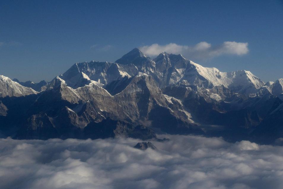Der Mount Everest, auf Tibetisch Qomolangma, ist ein Berg im Himalaya und der höchste Berg der Erde.