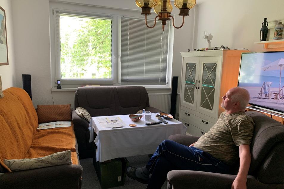 Jens Hoffmann in seiner neuen Wohnung auf der Pestalozzistraße in Hartha. Er musste nach einem Wasserschaden aus seiner alten Wohnung ausziehen und wartet immer noch auf den Schadensersatz durch seinen ehemaligen Vermieter.