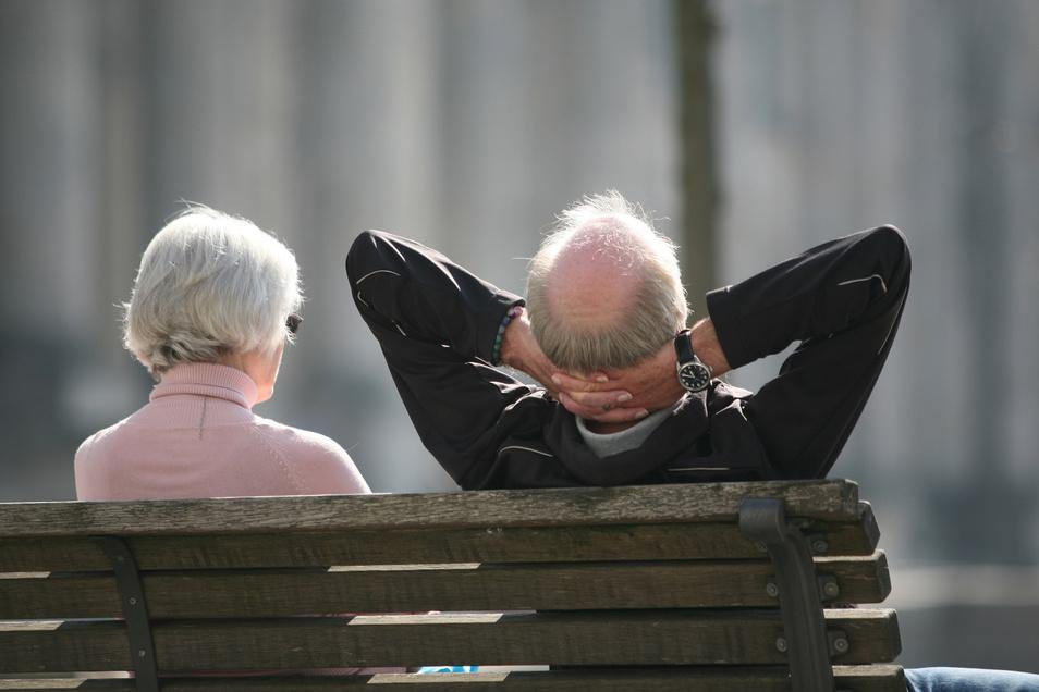 Ein Rentnerpaar genießt den Ruhestand.