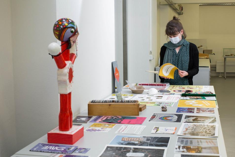 Archiv-Mitarbeiterin Mandy Ettelt zeigt einige der Schätze aus der Corona-Sammlung.