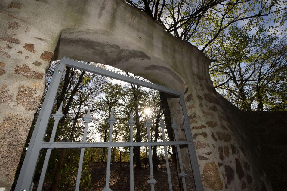 Ein Tor versperrt die Aussicht neben dem Wasserturm.