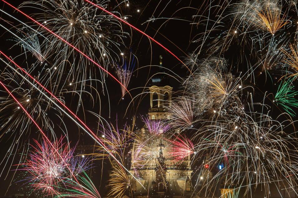 Feurige Neujahrsgrüße - wie hier auf einem Archivbild aus Dresden - werden voraussichtlich bescheidener ausfallen.
