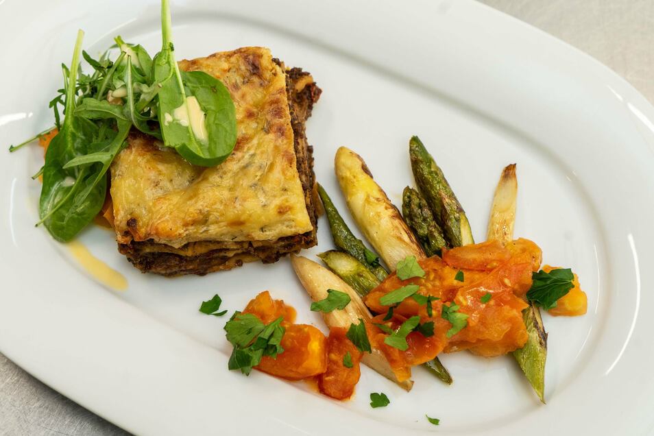 Sieht nicht nur gut aus, es schmeckt auch lecker - die von Tina Weßollek zubereitete Lasagne mit gebratenem Spargel und Tomatenfondant.
