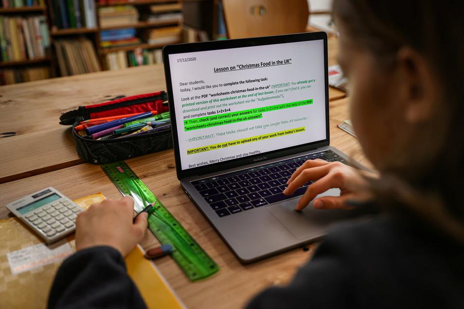 Ein Schüler löst am Laptop Zuhause seine Schulaufgaben. Eine Studie hat dem Distanzunterricht während der Corona-Krise unterdessen ein schlechtes Zeugnis ausgestellt.