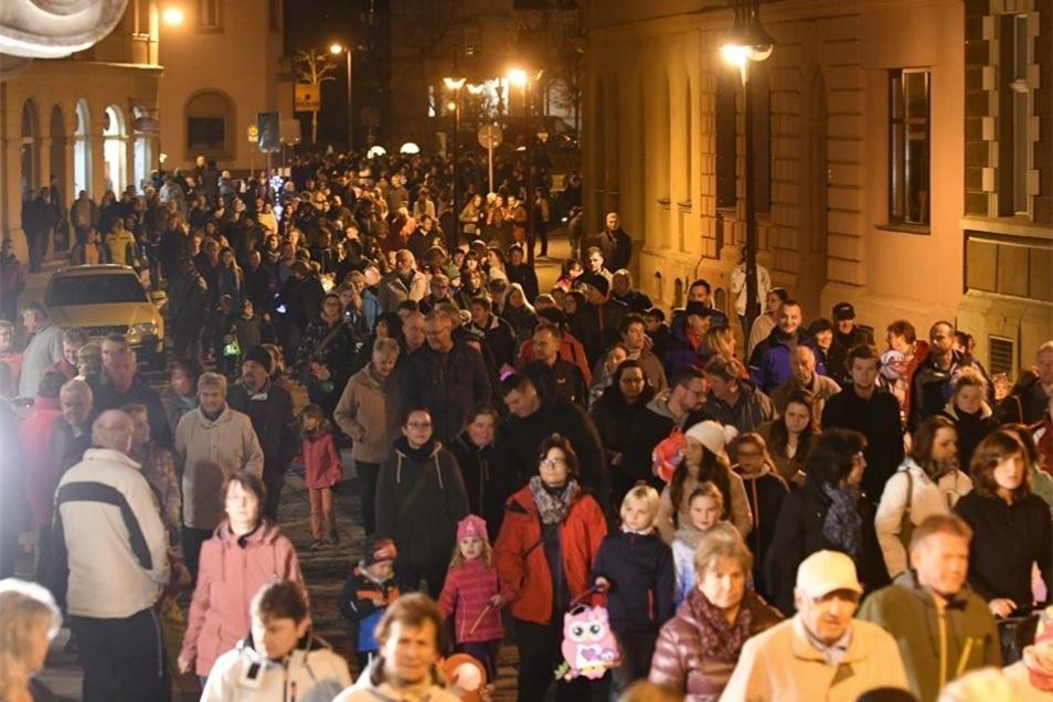 Menschenmassen drängen durch die Innenstadt.