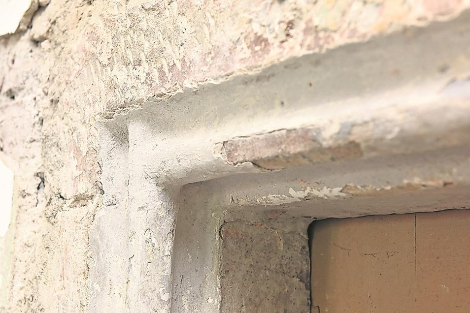Eine spätgotische Tür: Die Gestaltung dieser Ecke aus Sandstein ist typisch spätgotisch. Bei Abbrucharbeiten wurde diese alte Türe in Naundorf entdeckt. (Fotos: Egbert Kamprath)