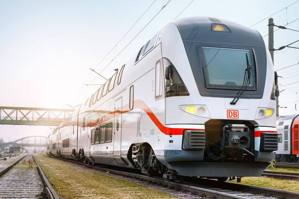 Frisch lackiert: Die umgerüsteten Doppelstockzüge für die neue Intercity-Linie zwischen Dresden und Rostock kommen ab 8. März zum Einsatz. Die Bahn hat die elektrischen Triebzüge von der österreichischen Westbahn übernommen und aufgehübscht.
