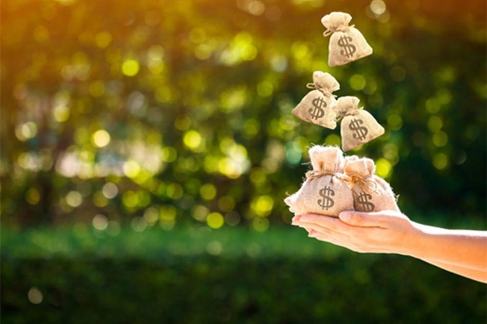 Bild: Immer, wenn es um die Vergabe von Krediten geht, wird eine Anfrage der Finanzinstitute an die SCHUFA gestellt, um die Bonität des Kunden festzustellen. Bildquelle: Watchara Ritjan – 676071160 / Shutterstock.com