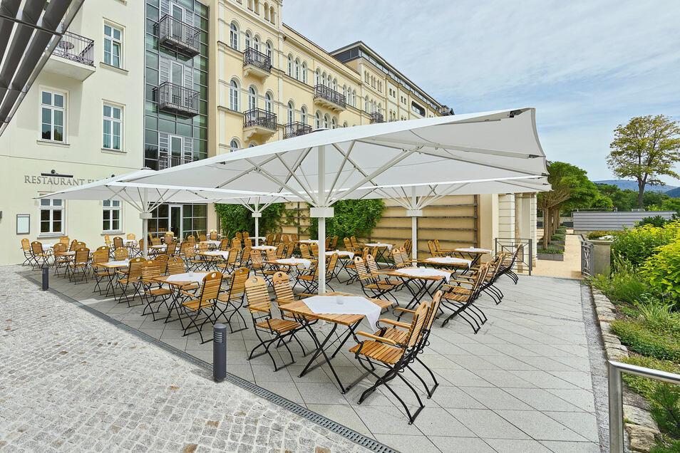 Der Imbiss startet im Sommergarten des Hotels Elbresidenz.