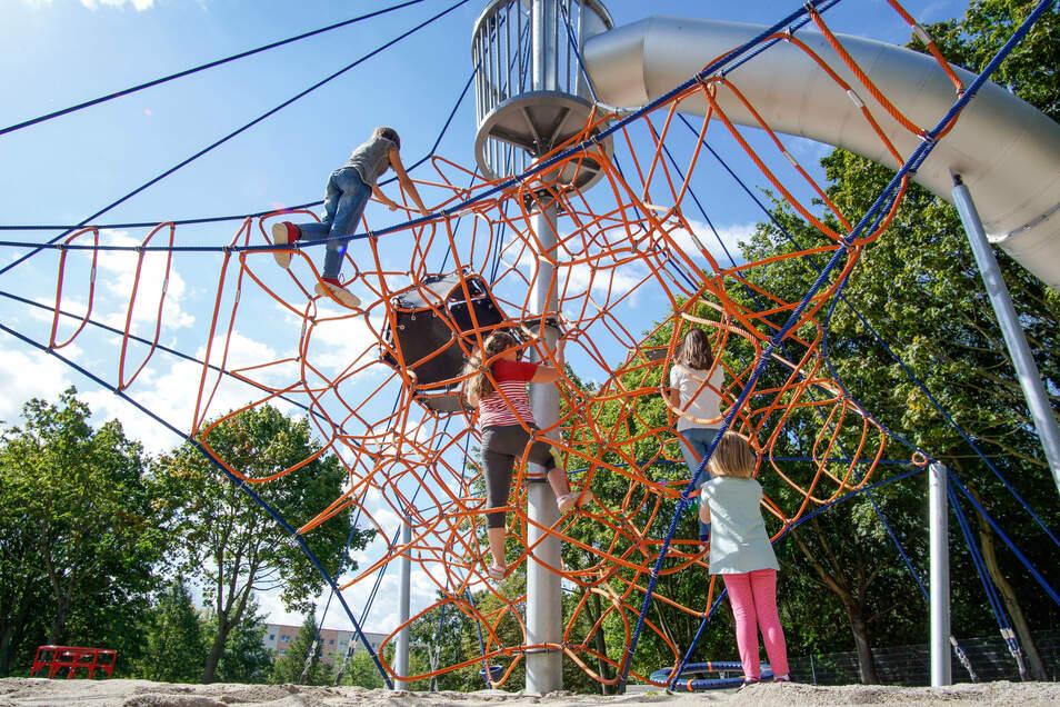 Schon im Sommer durften einige Kinder ein paar Geräte auf dem neuen Spielplatz in Bautzen testen. Am Montag öffnet der Park nun für alle.