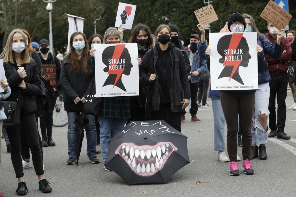 """Frauenrechtsaktivisten nehmen in Warschau an einem von der Frauenrechts-Organisation «Strajk Kobiet» organisierten """"Generalstreik"""" teil."""